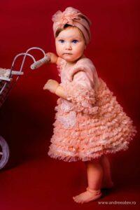 fetita in rochita de tull cu volane multe delicate